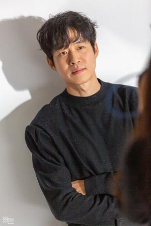 유준상, 화보 비하인드 컷 공개
